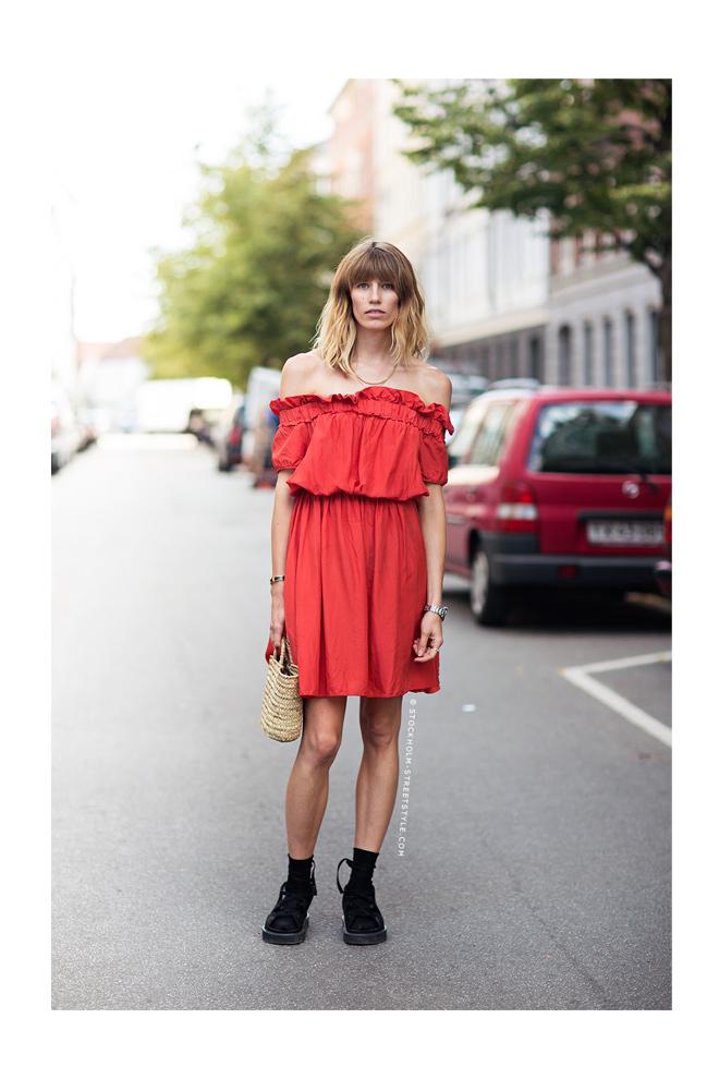 Vestido rojo + sneakers negras