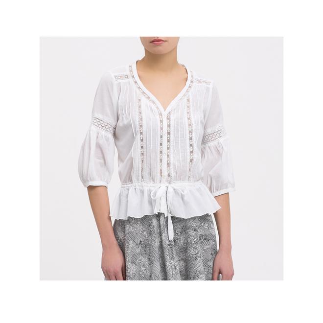 Blusa blanca con detalles de crochet