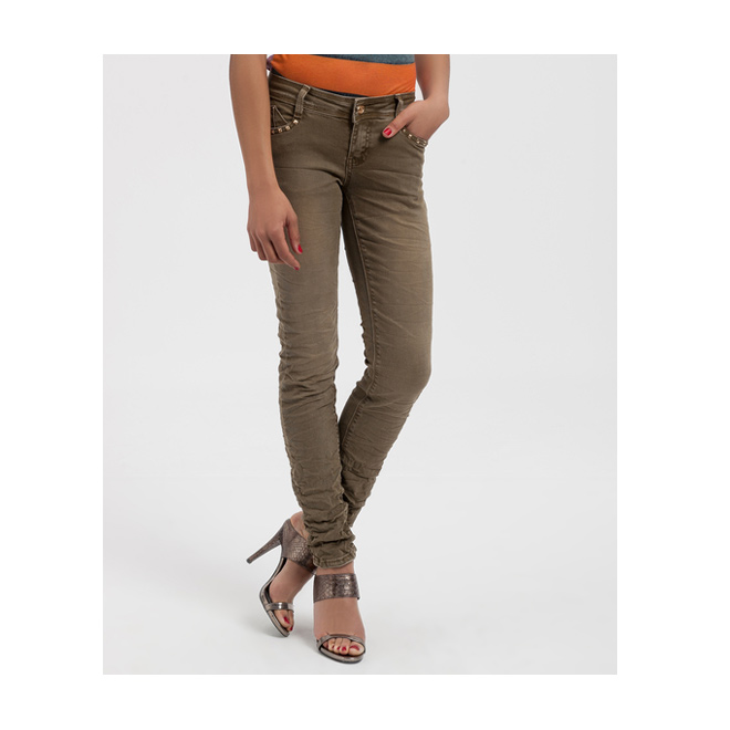 Pantalón kaki con tachuelas