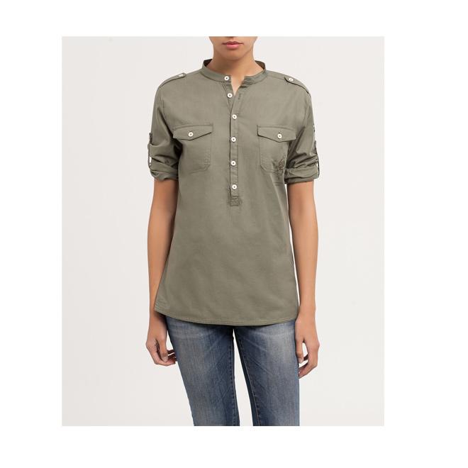 Camisa verde con dos bolsillos