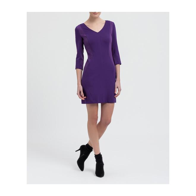 Vestido violeta con escote en pico