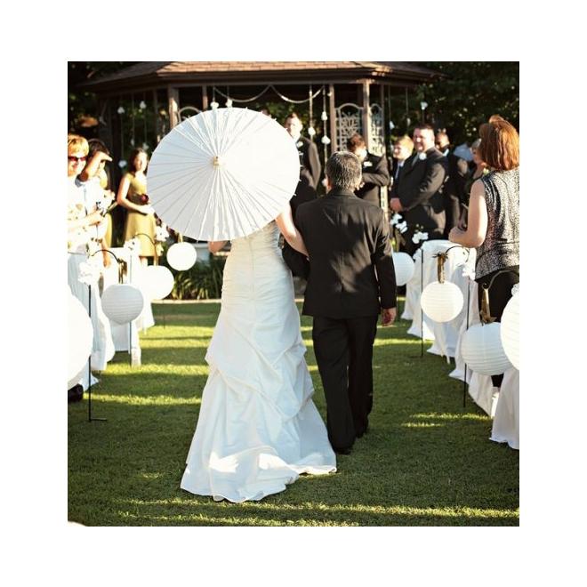 Sombrilla blanca para la novia