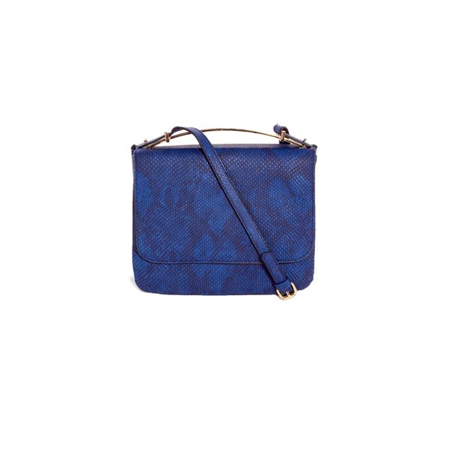 Bolso azul con bandolera