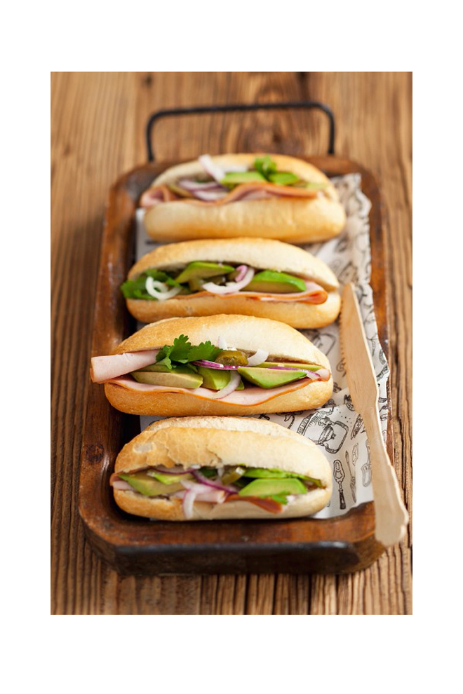 Sandwich de jamón, aguacate y cebolla roja