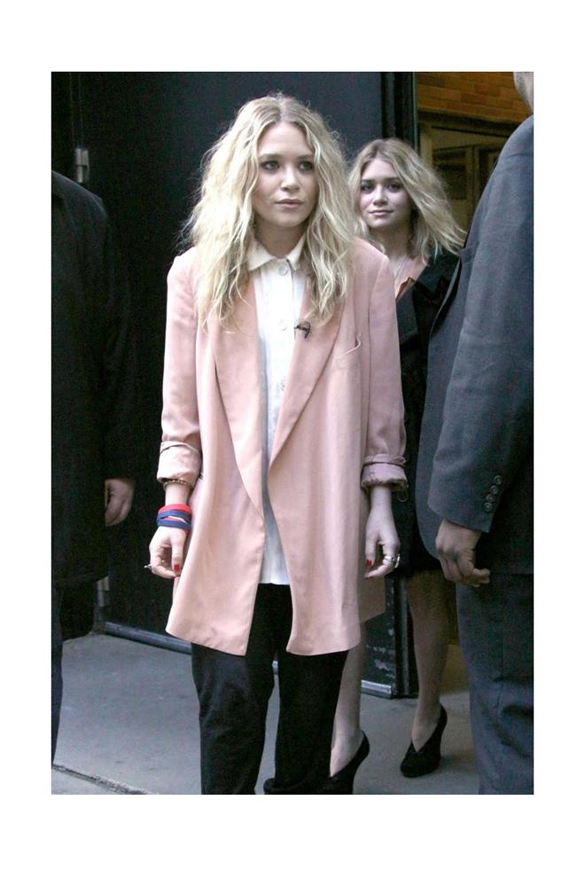 Ashley Olsen con blazer rosa