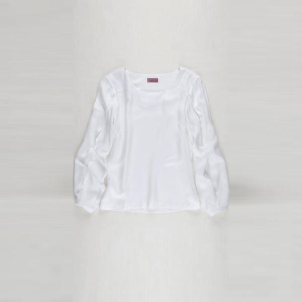 Camisa blanca con aberturas