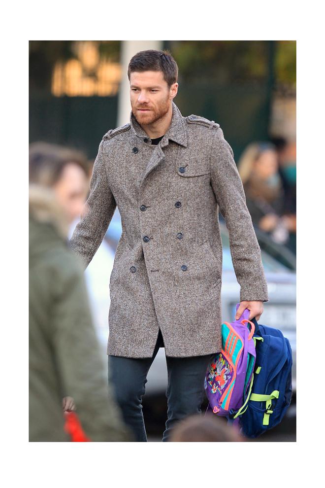 Xabi con abrigo de docle botonadura