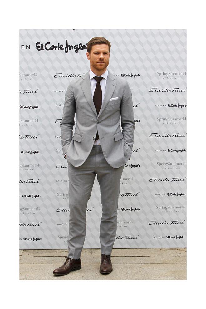 Xabi Alonso con traje gris