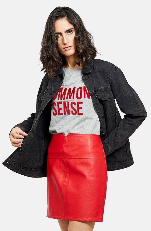 Falda roja de polipiel de Noisy May: vuelven las minifaldas