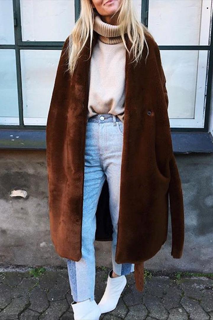 Jeanette Friis Madsen abrigo marrón y vaqueros franja