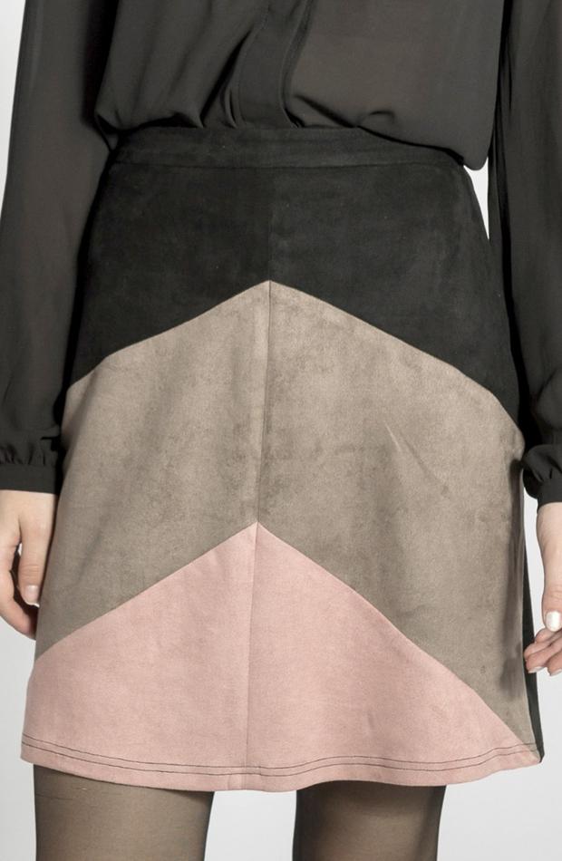 Falda de antelina tricolor de Smash: vuelven las minifaldas