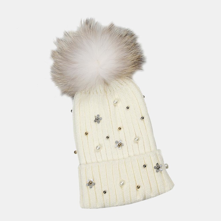 Gorro en blanco con aplicaciones y pompón de Lola Casademunt: complementos para el pelo