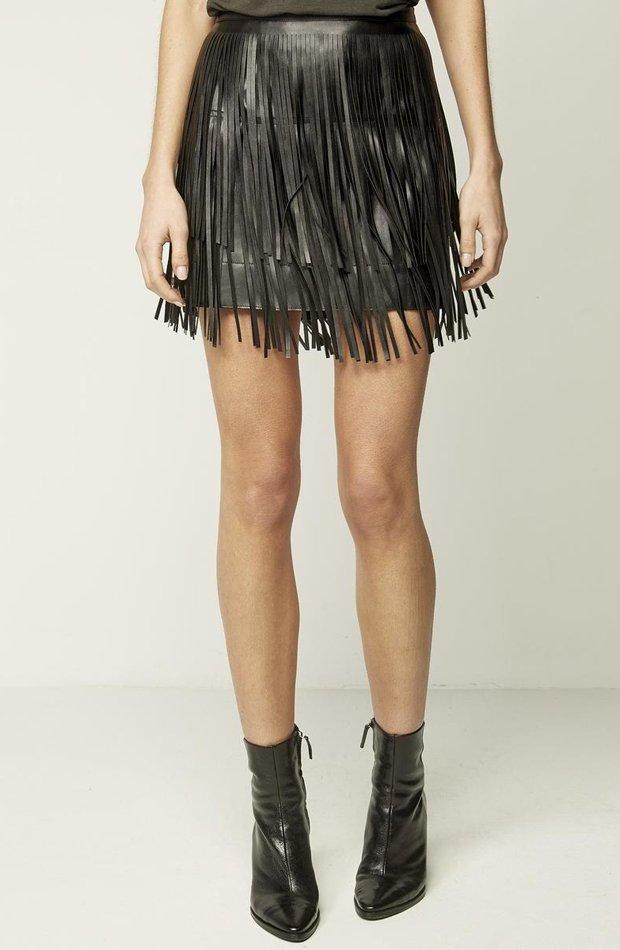 Falda en negro con flecos de Starlite: vuelven las minifaldas
