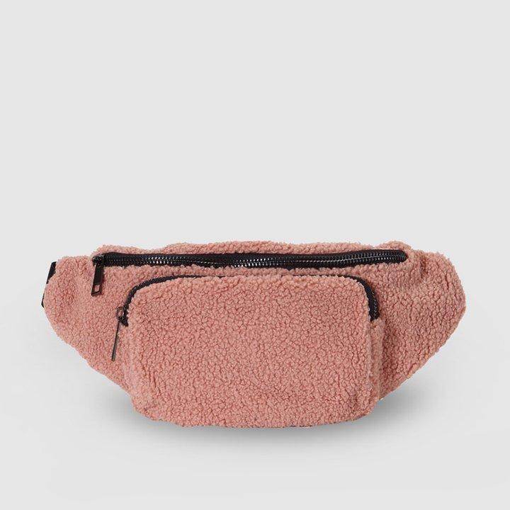 Riñonera de borreguito en rosa de Green Coast: prendas borreguito