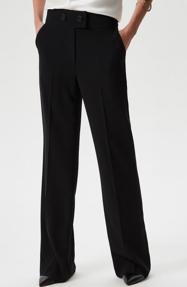 Pantalón recto negro de Adolfo Domínguez: prendas estilo María Fernández-Rubíes