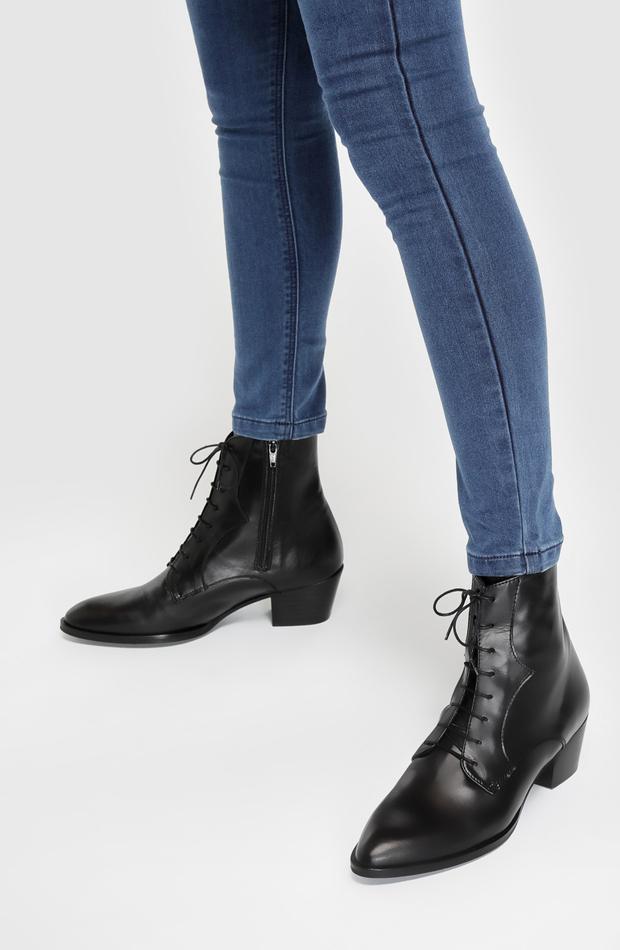 Botines de piel en color negro de Gloria Ortiz: prendas estilo María Fernández-Rubíes