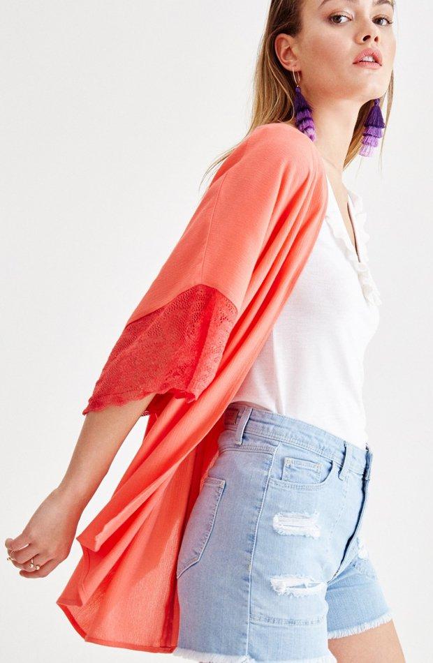 Kimono con detalle de encaje de OXXO: prendas colores ácidos