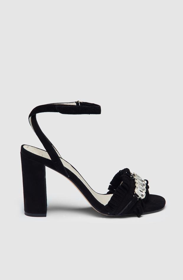 Sandalias de tacón en ante negro con detalle de pedrería de Pedro Miralles: prendas estilo María Fernández-Rubíes