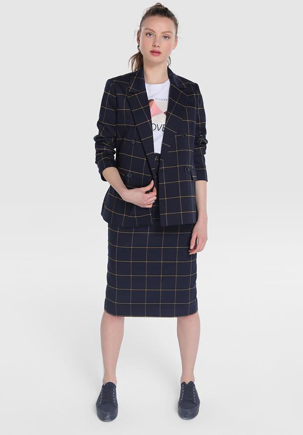 Traje de chaqueta con falda de cuadros
