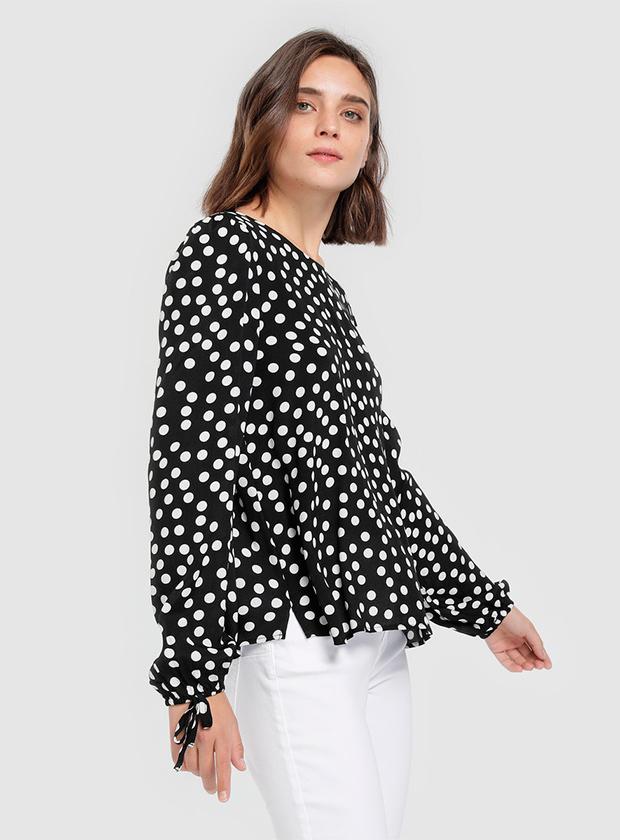 Camisa negra con lunares blancos