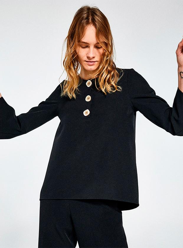 Blusa negra con botones de Sfera