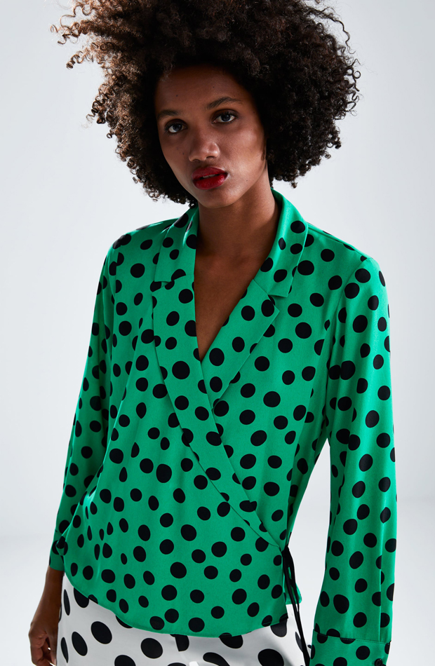 Blusa de lunares con detalle de lazo: piezas de Zara que Rocío Osorno tiene en su armario