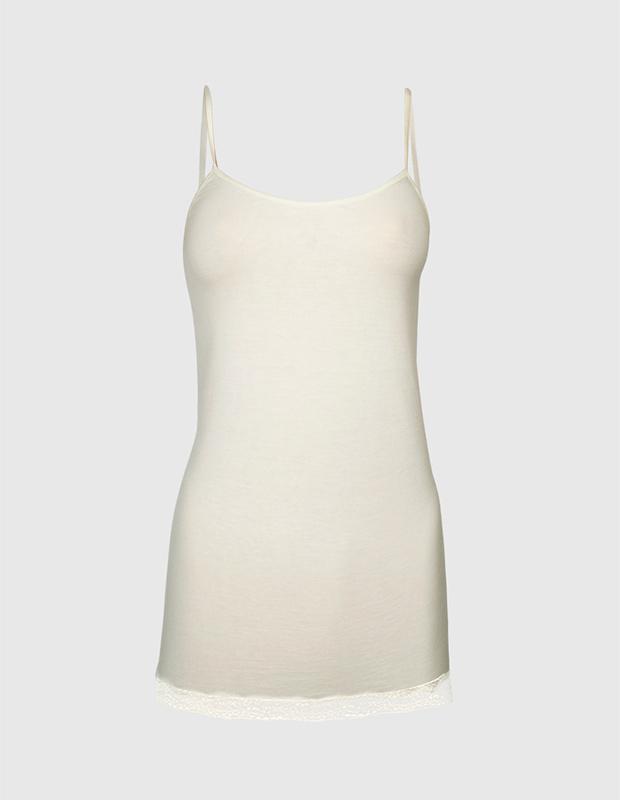 Camiseta interior blanca con encaje en el bajo