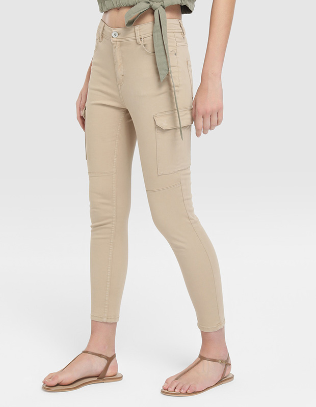 Pantalones beige de estilo cargo