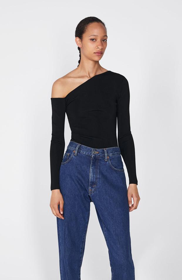 Top negro asimétrico: piezas de Zara que Rocío Osorno tiene en su armario