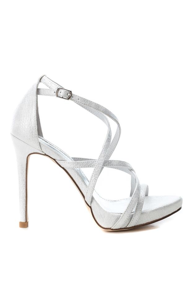 Sandalias de tacón de textil color plata de Xti: looks para ir al teatro