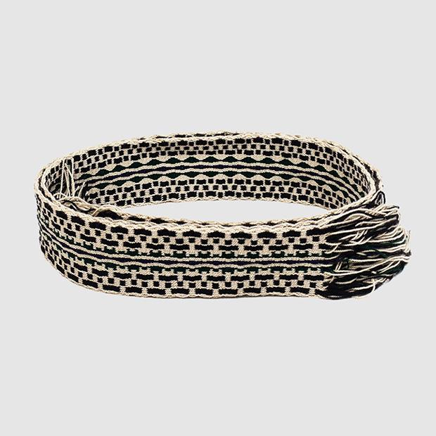 Cinturón de macramé con dibujos en negro