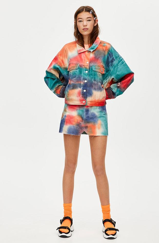 cazadora de colores y estampado tie dye