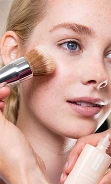 Todo lo que debes evitar si tienes la piel grasa (desde alimentos hasta productos)