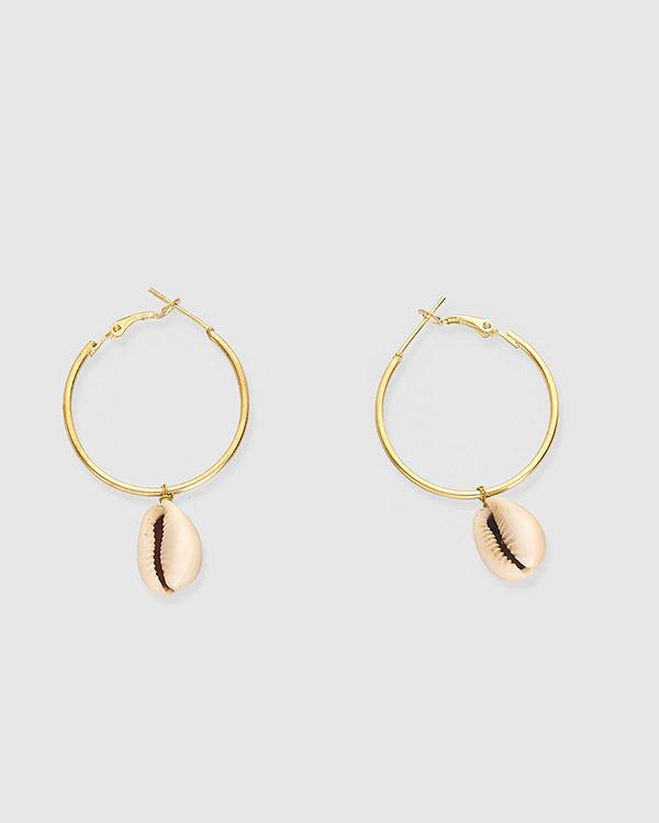 Pendientes de aro de metal dorado con charm concha natural