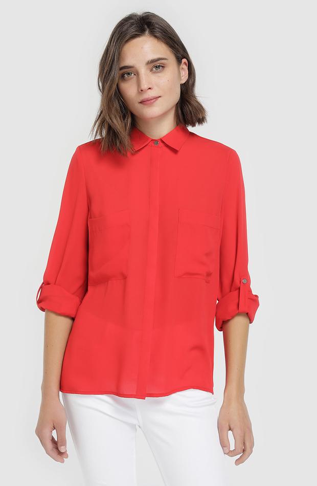 camisa roja con bolsillos