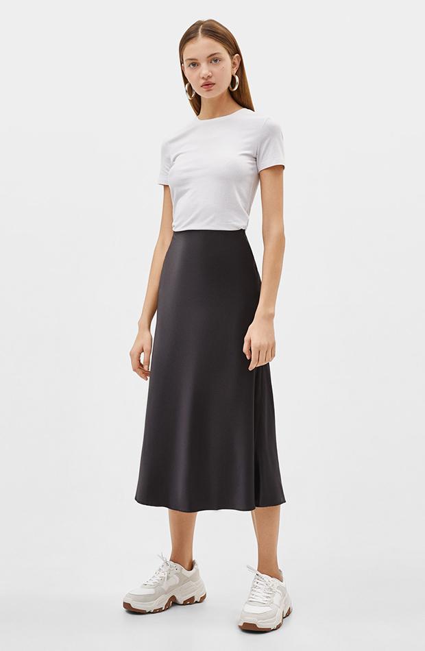 Falda negra de satén de Bershka