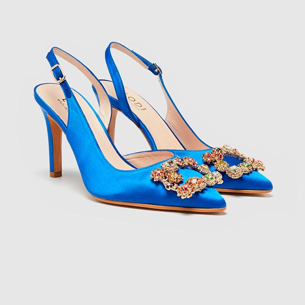 Salones de raso azul con detalle joya