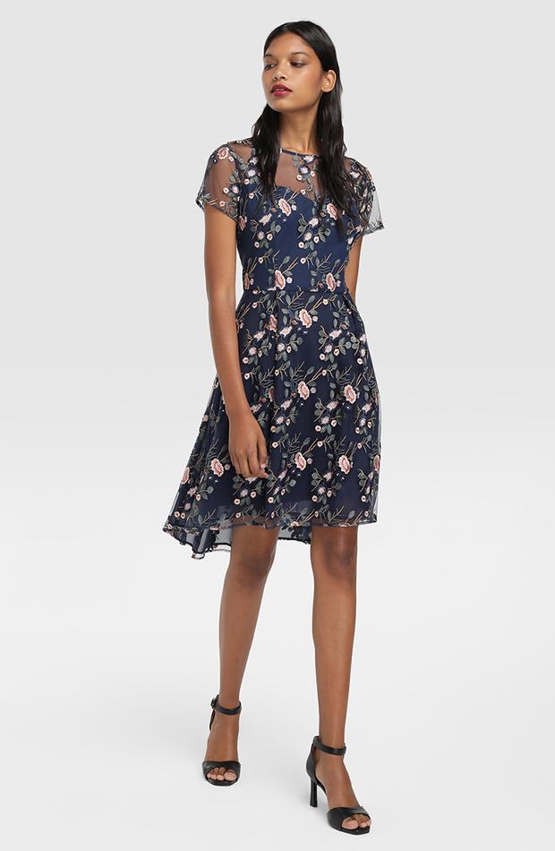 vestido con bordados de flores