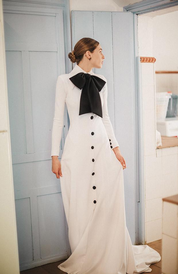 Vestido con lazo negro de la Colección de novias Saudade de Cherubina