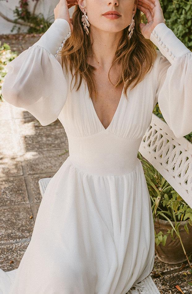 Vestido con escote pico de la Colección de novias Saudade de Cherubina