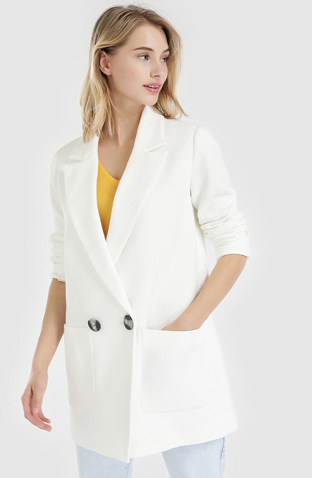 abrigo blanco con botones