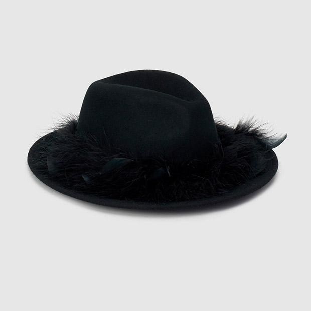 Sombrero negro con plumas