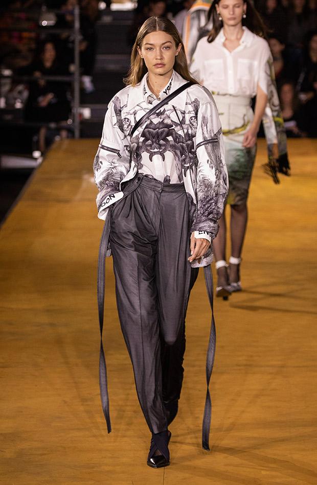 Camisa estampada gris y pantalones de sastre Burberry primavera verano 2020
