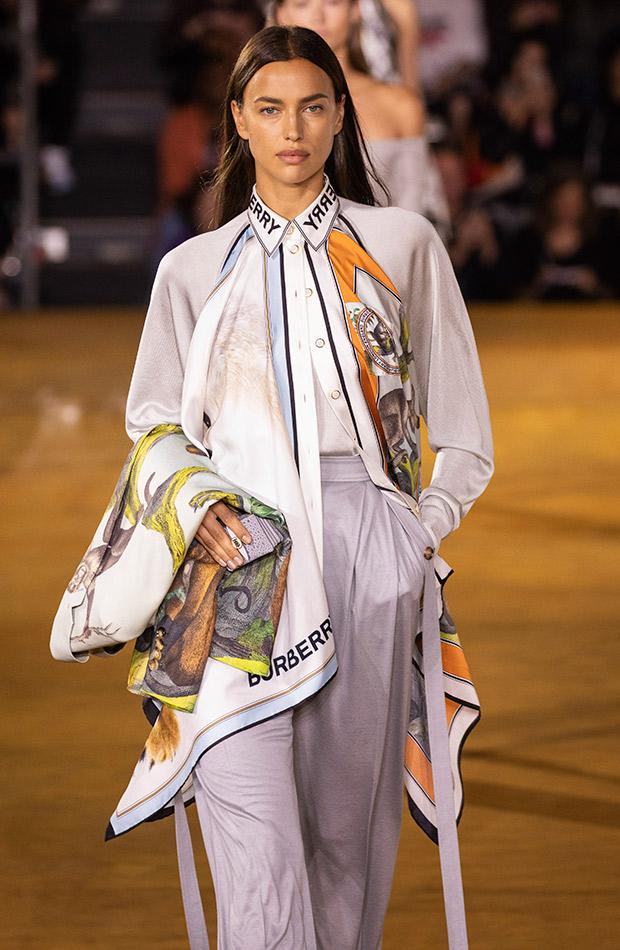 Pañuelo estampado sobre look sastre Burberry primavera verano 2020