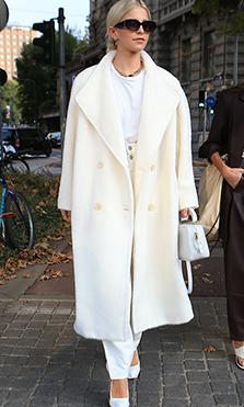 caroline daur abrigo blanco