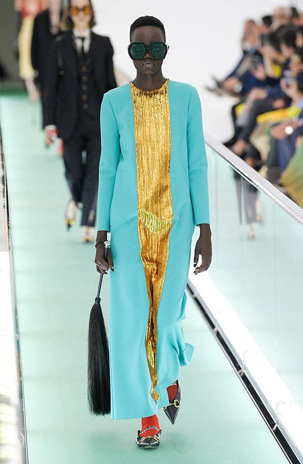 Gucci primavera verano 2020 vestido azul y oro