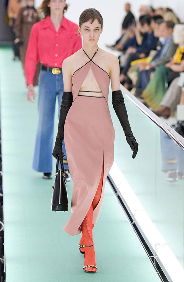 Gucci primavera verano 2020 vestido con escote rosa