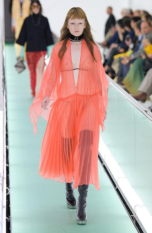 Gucci primavera verano 2020 vestido transparente coral