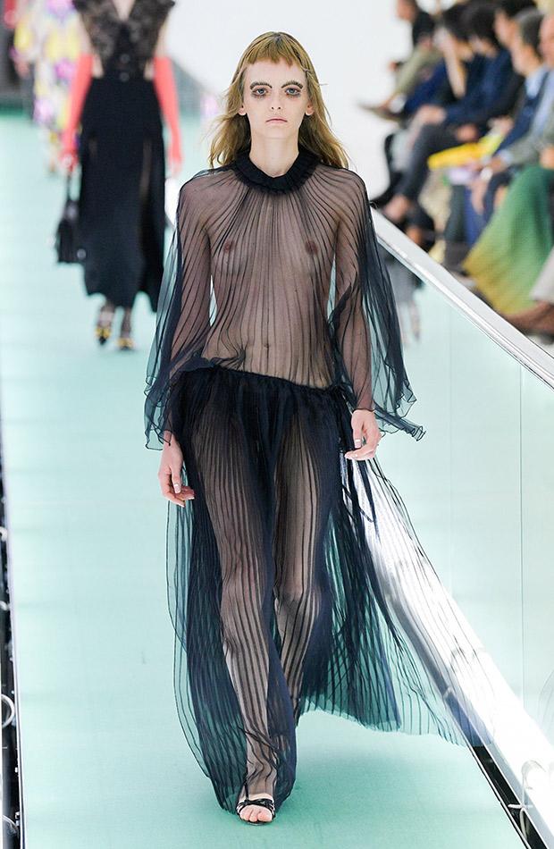 Gucci primavera verano 2020 vestido transparente negro