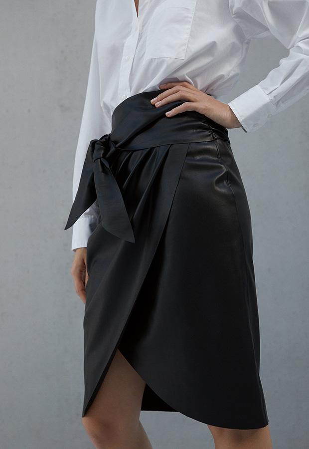 Falda mini tubo con detalle de nudo en delantero de Zara